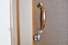引き戸の取っ手は金色です。(101号室)(2019-05-28,専有部,ROOM,1F)