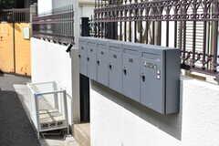 ゴミステーションと郵便受けは建物脇に設置されています。(2019-06-12,共用部,OTHER,1F)
