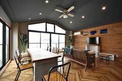 リビングの様子。リゾート地の別荘をイメージしているそう。(2016-06-30,共用部,LIVINGROOM,3F)