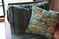 ソファのクッションはハワイの柄。(2016-06-30,共用部,LIVINGROOM,3F)