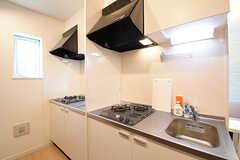 キッチンの様子。シンクとガスコンロは、2つずつ用意されています。(2016-10-18,共用部,KITCHEN,1F)