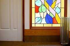 玄関のステンドグラスの様子。(2013-06-06,周辺環境,ENTRANCE,1F)