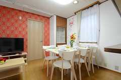 ダイニングテーブルの様子。左手の扉は104号室です。(2013-06-06,共用部,LIVINGROOM,1F)