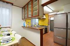 リビング側からキッチンを見るとこんな感じ。カウンターテーブルがあります。(2013-06-06,共用部,KITCHEN,1F)