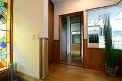 玄関脇の廊下奥は102号室です。(2013-06-06,共用部,OTHER,1F)