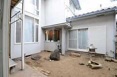 掃き出し窓から眺めた庭の様子。(103号室)(2013-06-06,専有部,ROOM,1F)