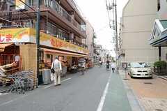 シェアハウスからJR総武線・新小岩駅へ向かう道の様子。(2013-06-06,共用部,ENVIRONMENT,1F)