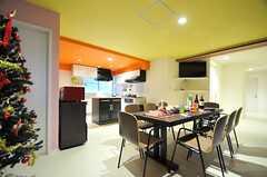 リビングの様子2。奥に見えるのがキッチンです。(2012-11-26,共用部,LIVINGROOM,2F)