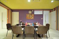リビングを囲むように専有部が並んでいます。薄紫の壁の裏手に、ソファエリアがあります。(2012-11-26,共用部,LIVINGROOM,2F)