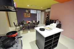 キッチン側から眺めたリビングの様子。(2012-11-26,共用部,KITCHEN,2F)