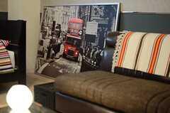 広い部屋だと、大きなポスターも圧迫感無く、しっくりきます。(102号室)※モデルルームです。(2012-11-26,専有部,ROOM,1F)