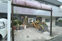 自転車置き場の様子。屋根付です(2012-11-26,共用部,GARAGE,1F)