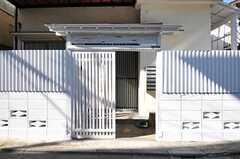 門扉の様子。真っ白です。(2012-10-01,周辺環境,ENTRANCE,1F)