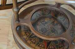 羅針盤がデザインされたテーブル。(102号室)(2012-10-01,専有部,ROOM,1F)