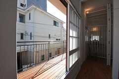 窓からはベランダに出られます。(2012-10-01,共用部,LIVINGROOM,2F)
