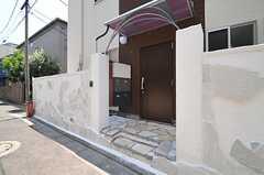 シェアハウスの正面玄関。(2013-07-09,周辺環境,ENTRANCE,1F)