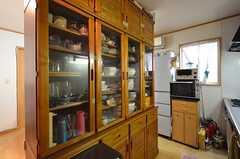 キッチンの対面には食器棚があります。(2014-05-21,共用部,KITCHEN,2F)