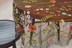 テーブルクロスは刺繍の施されたチュール生地が使われています。(2017-03-13,共用部,LIVINGROOM,2F)