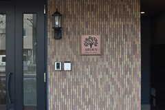 シェアハウスのサイン。サインの周辺に玄関の鍵が設置されています。(2017-08-23,共用部,OTHER,1F)