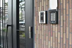 玄関の鍵はナンバー式のオートロックです。(2017-08-23,周辺環境,ENTRANCE,1F)
