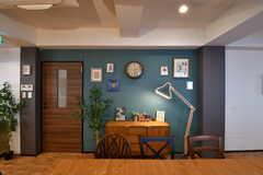 ダイニングテーブル側から見たリビングの様子。奥の壁は黒板として使用できます。(2017-08-23,共用部,LIVINGROOM,3F)