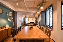 ダイニングテーブルの様子。奥がソファスペースです。(2017-08-23,共用部,LIVINGROOM,3F)
