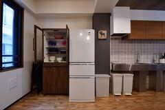 左手から食器収納棚、冷蔵庫、キッチンです。(2017-08-23,共用部,KITCHEN,3F)