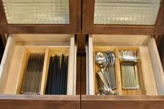 食器収納棚には共用のカトラリーが収納されています。(2017-08-23,共用部,KITCHEN,3F)
