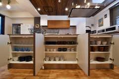 キッチンの下は共用の食器やコップが収納されています。(2017-08-23,共用部,KITCHEN,3F)