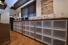 専有部ごとの収納棚の様子。収納棚の上にはキッチン家電が並んでいます。(2017-08-23,共用部,KITCHEN,3F)