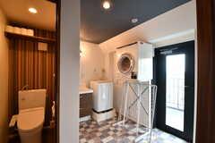 ウォシュレット付きトイレの様子。奥に洗面台、洗濯機、乾燥機が設置されています。(2017-08-23,共用部,TOILET,5F)
