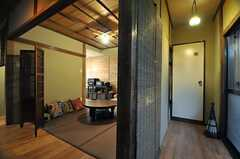 廊下の様子。右手の突き当りがトイレです。さらに右手の掃き出し窓から、物干しスペースに出ることができます。(2014-01-15,共用部,OTHER,1F)