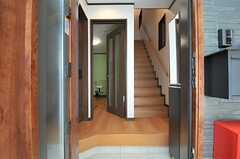 玄関から見た内部の様子。正面がリビングの入り口です。(2014-05-14,周辺環境,ENTRANCE,1F)