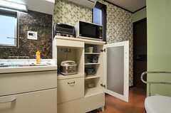食器棚とキッチン家電の様子。(2014-05-14,共用部,KITCHEN,1F)
