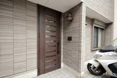 シェアハウスの玄関ドアの様子。(2010-06-09,周辺環境,ENTRANCE,1F)