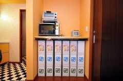 各個人のゴミ箱とストッカーの様子。ゴミ箱も専用なので、ゴミ当番はありません。(2010-06-09,共用部,OTHER,1F)