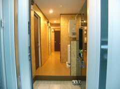 シェアハウスの正面玄関から見た内部の様子。(2007-12-12,周辺環境,ENTRANCE,1F)