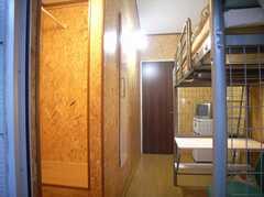 専有部の様子5。ベランダから部屋を見ると左手に収納スペース(204号室)(2007-12-12,専有部,ROOM,2F)