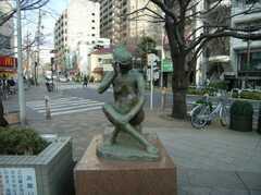 駅前広場の片隅で髪をかきあげっぱなしの女性。(2007-12-12,共用部,ENVIRONMENT,1F)