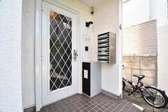 玄関の様子。ポストは専有部ごとに用意されています。ポストの下には宅配BOXが設置されています。(2017-07-10,周辺環境,ENTRANCE,1F)