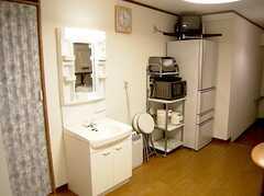 ラウンジの脇にコンパクトにまとめられた洗面台、共用冷蔵庫&調理機器、TV。空気清浄機付きで心地よい。(2006-08-19,共用部,LIVINGROOM,1F)