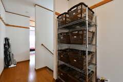 食材などを置いておける収納カゴの様子。専有部ごとにふたつ使えます。(2020-09-30,共用部,KITCHEN,3F)
