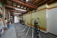 自転車置き場の様子。運営事業者さんの事務所倉庫と兼用です。(2020-09-30,共用部,GARAGE,1F)