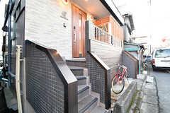 階段を上がった先が玄関です。玄関の脇がポストです。(2016-12-14,周辺環境,ENTRANCE,1F)