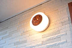 玄関ドアの脇には室外灯が設置されています。室外灯の中央にはシーサーが鎮座しています。(2016-12-14,周辺環境,ENTRANCE,2F)