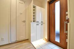 内部から見た玄関周辺の様子。靴箱はひとり扉1枚分使用することができます。(2016-12-14,周辺環境,ENTRANCE,2F)