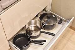 シンクとIHクッキングヒーターの下は共用の鍋やフライパンが収納されています。(2016-12-14,共用部,KITCHEN,1F)