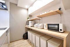 キッチンの対面が収納棚です。収納棚にはキッチン家電が並んでいます。(2016-12-14,共用部,KITCHEN,1F)