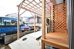 ウッドデッキテラスの様子。屋根付きです。テラスの先は駐輪場です。(101号室)(2016-12-14,専有部,ROOM,1F)