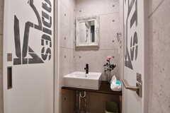 洗面台の様子。左右にトイレがあります。(2019-09-19,共用部,WASHSTAND,2F)